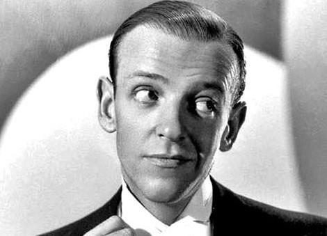 Fred Astaire w perfekcyjnie gładkiej białej koszuli frakowej z jednym guzikiem jubilerskim i pojedynczym mankietem.