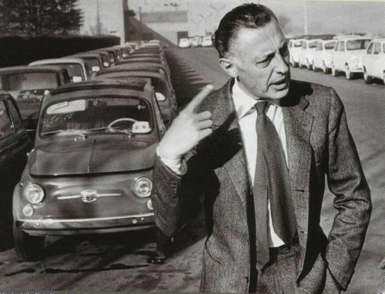 Gianni Agnelli na tle samochodów