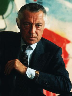 Gianni Agnelli w ciemnym garniturze