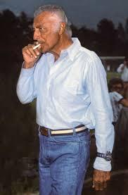 Gianni Agnelli palący papierosa