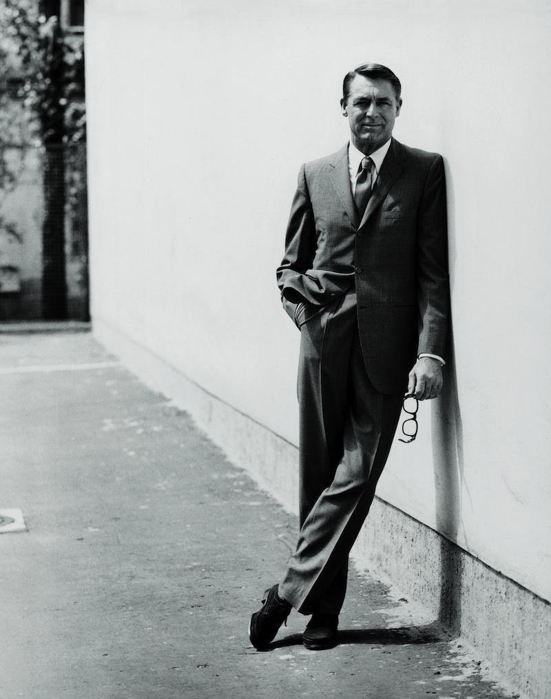 starszy Cary Grant w garniturze