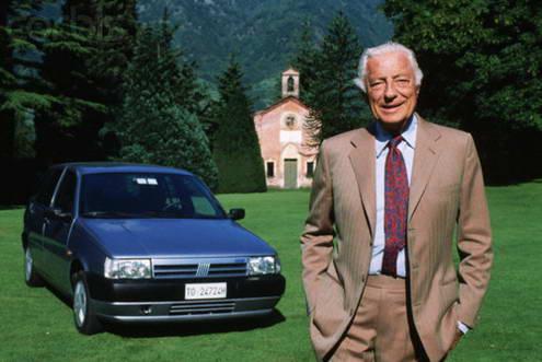 Gianni Agnelli w beżowym garniturze