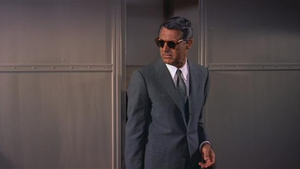 starszy Cary Grant w szarym garniturze