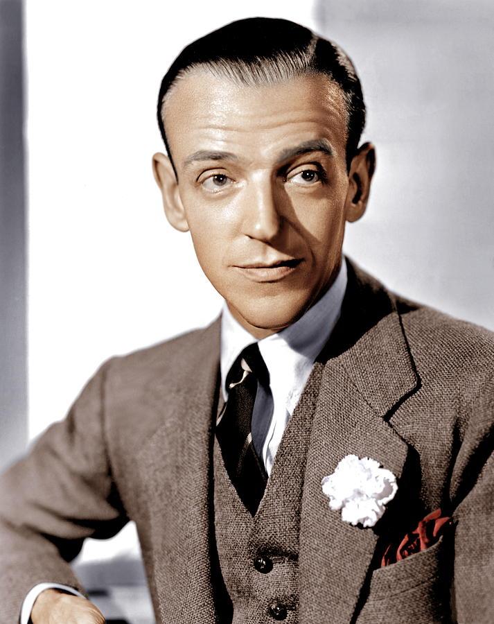 Fred Astaire z białym kwiatem w butonierce i czerwoną poszetką