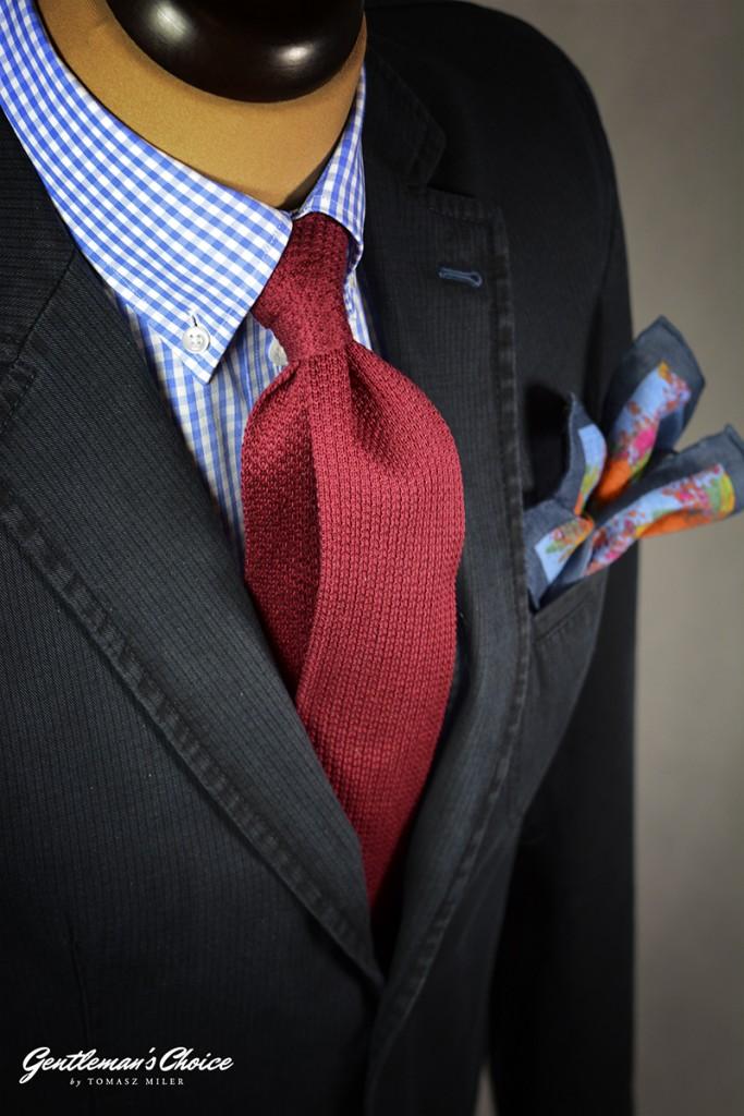czerwony krawat dziergany i koszula w kratę
