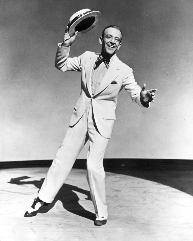 Fred Astaire w białym garniturze z klapą frakową