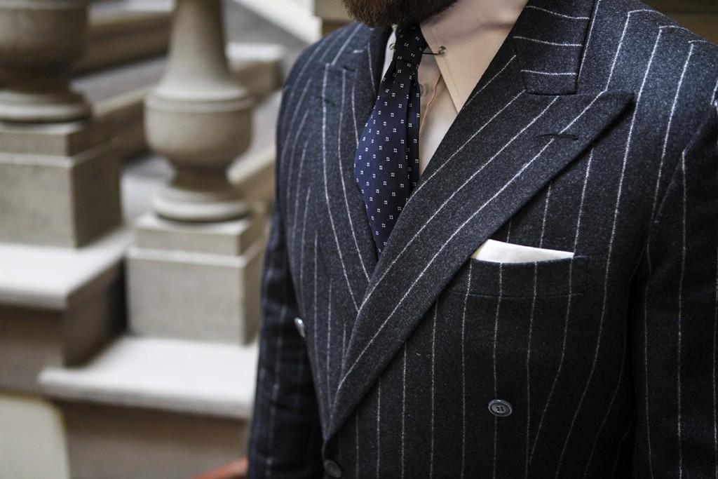biała poszetka i garnitur w prążek