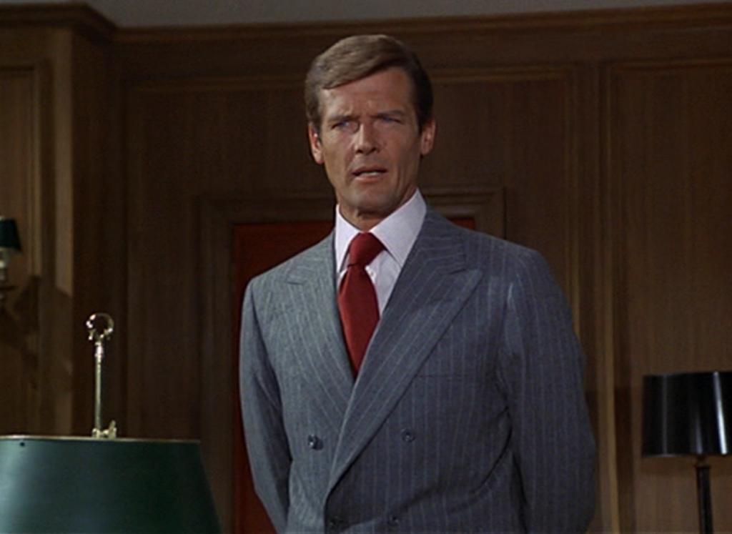 James Bond w garniturze w prążek