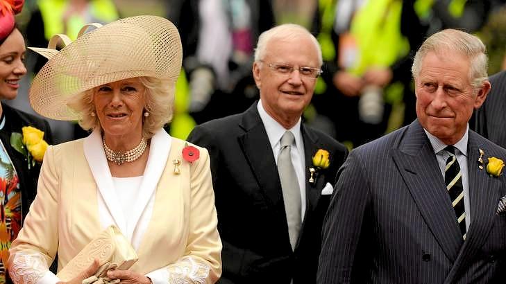 Książę Karol w prążkowanym garniturze
