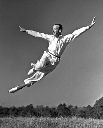 Fred Astaire w białym stroju