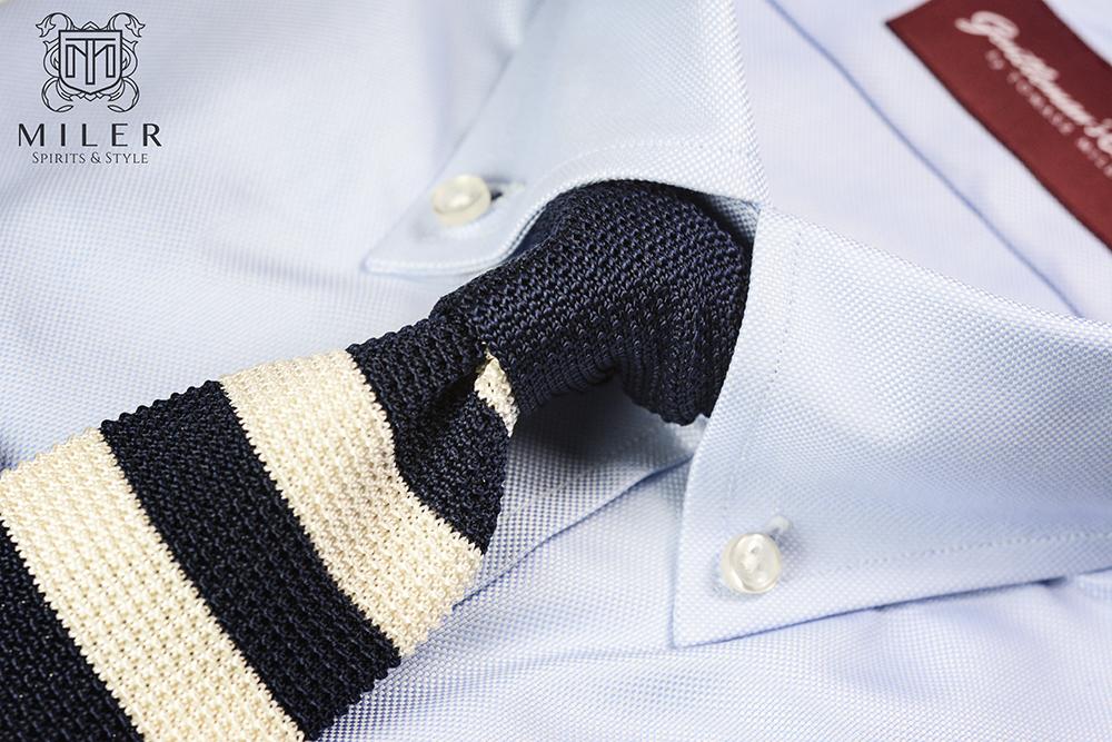 zawiązany dziergany krawat w pasy