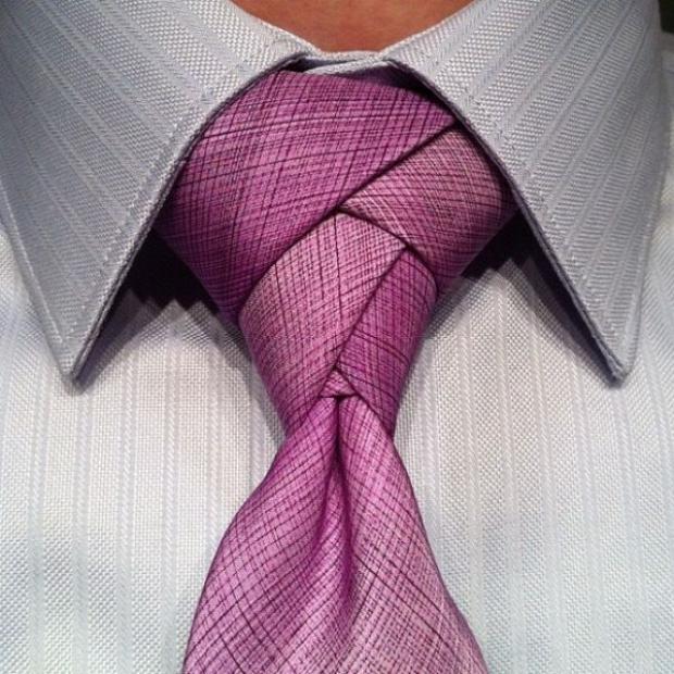 skomplikowany węzeł na fioletowym krawacie