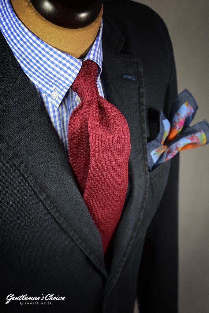 czerwony krawat typu knit, koszula bd w kratkę i szara marynara