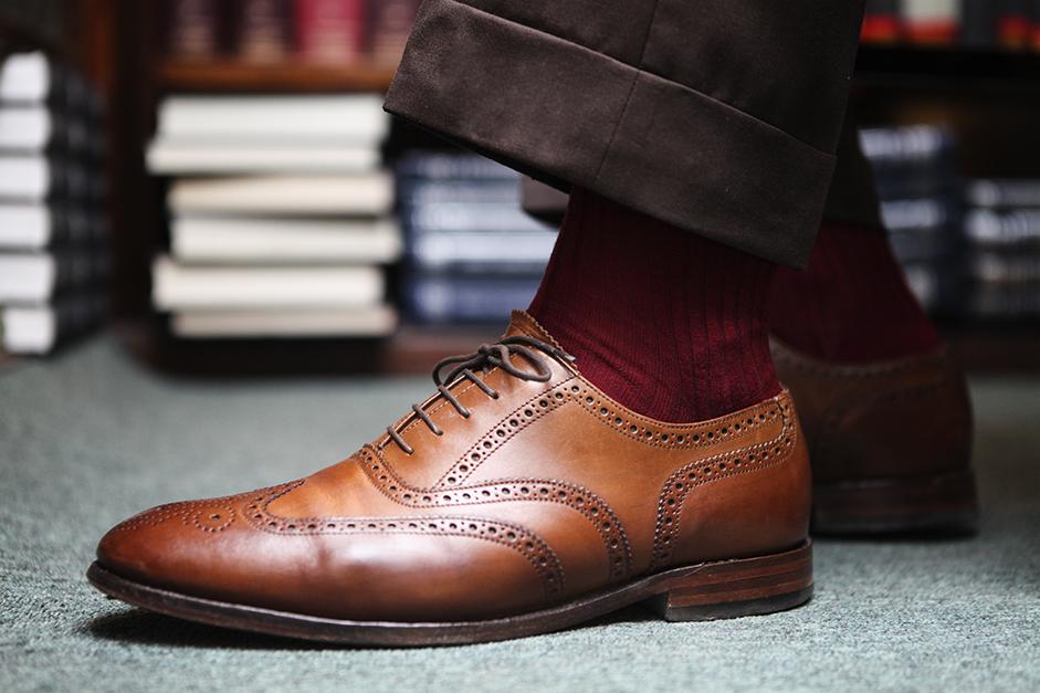 czerwone skarpety, brązowe buty i spodnie