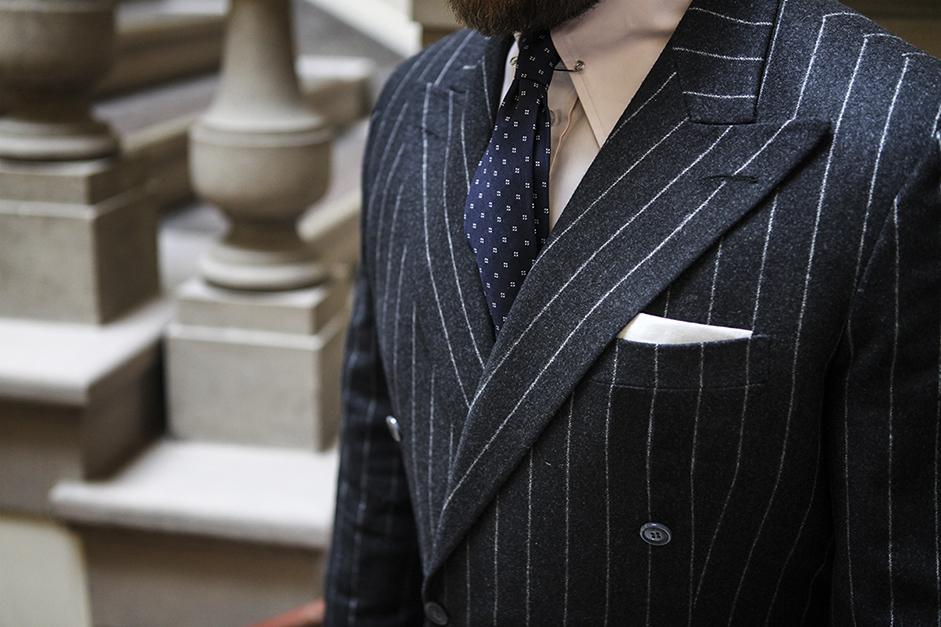 granatowy krawat, różowa koszula i prążkowany garnitur