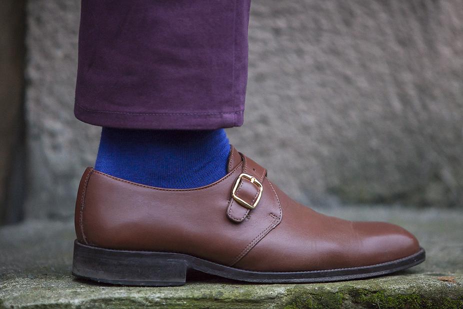 niebieska skarpeta, brązowy but i fioletowa nogawka