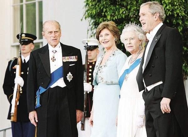 Książę Filip w doskonale skrojonym fraku oraz George W. Bush w nieprawidłowo skrojonej marynarce frakowej, ukazującej część kamizelki na dole.