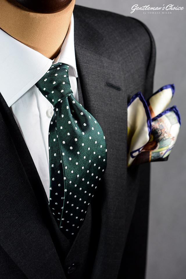zielony krawat w białe kropki