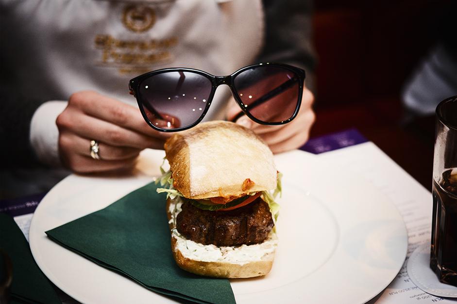 burger w okularach przeciwsłonecznych