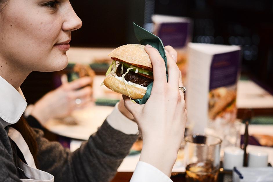 burger jedzony w serwetce