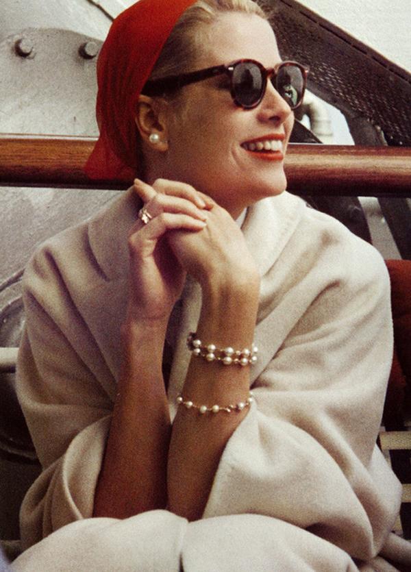 Grace Kelly w okularach przeciwsłonecznych i czerwonej chustce na głowie