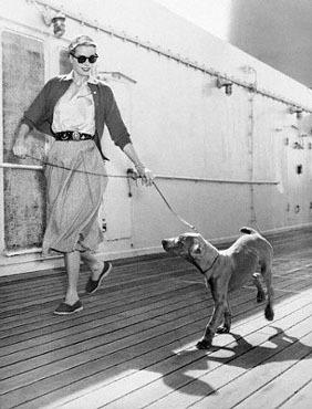 Grace Kelly z psem na smyczy