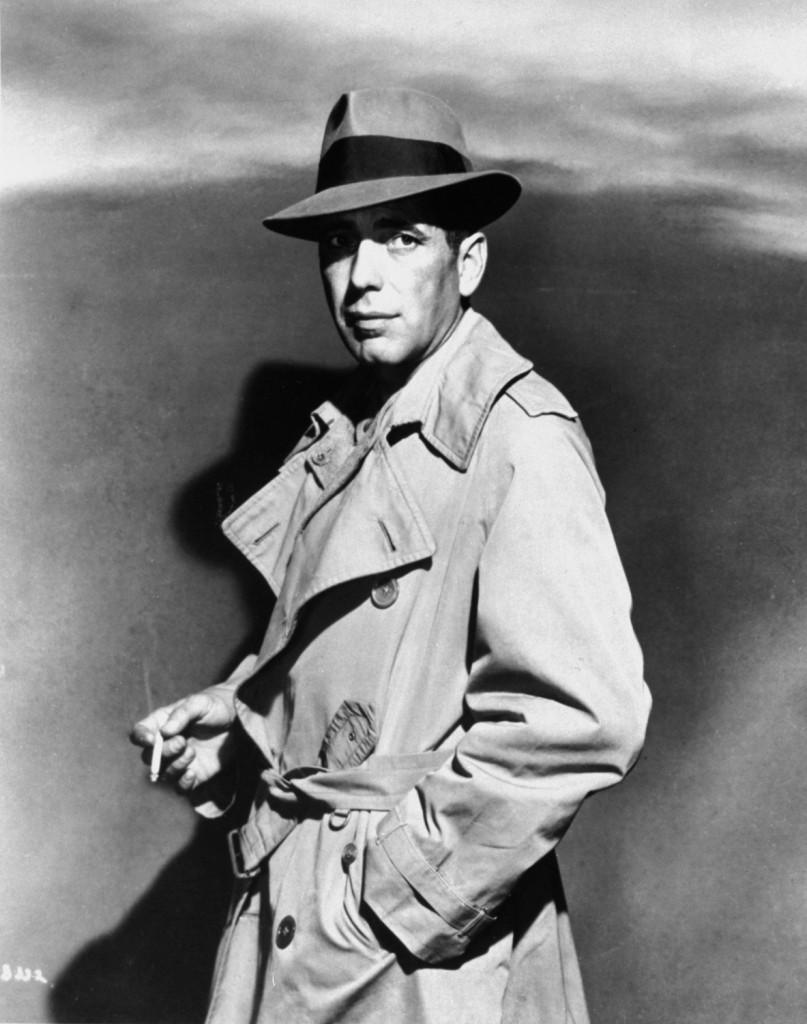 Humphrey Bogart w trenczu - kadr z filmu Casablanca
