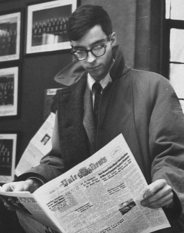 nerd z Ivy League czytający gazetę