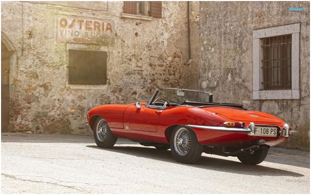 czerwony Jaguar E Type -tył