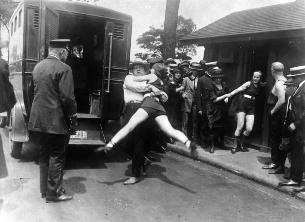 aresztowanie kobiety w stroju kąpielowym