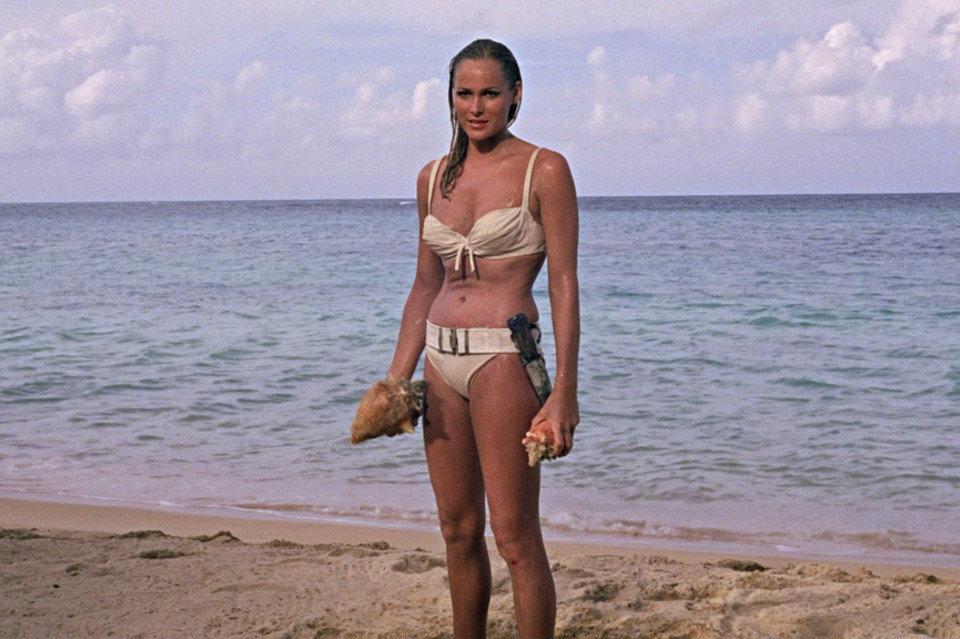 kadr z filmu Doktor No: Ursula Andress w słynnym białym bikini
