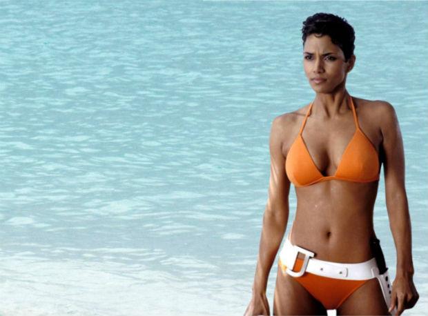 kadr z filmu Śmierć nadejdzie jutro: Halle Berry w bikini