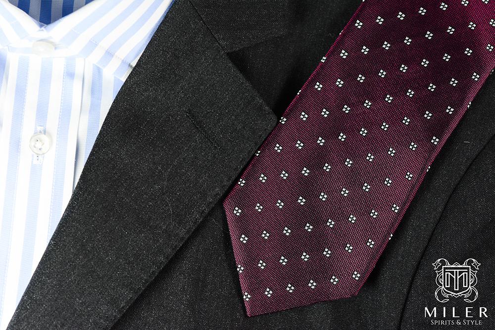 bordowy krawat, ciemna marynarka i koszula w paski