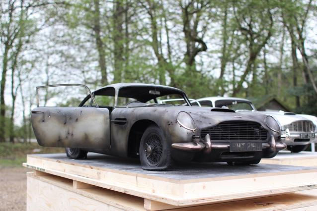 zniszczony Aston Martin