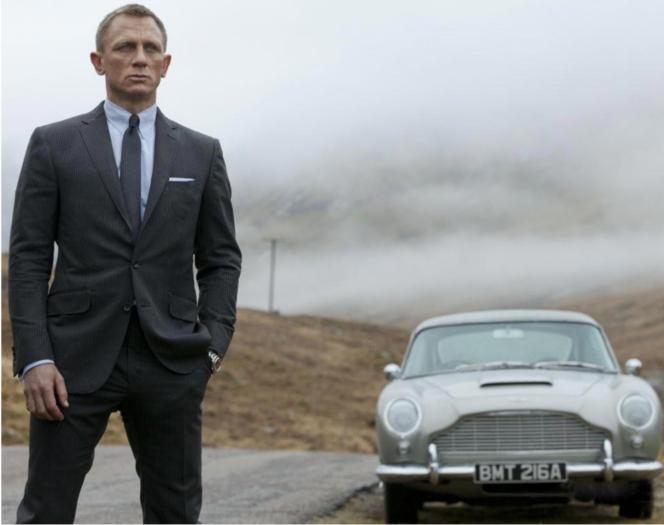 Daniel Craig jako James Bond. samochód Aston-Martin na drugim planie