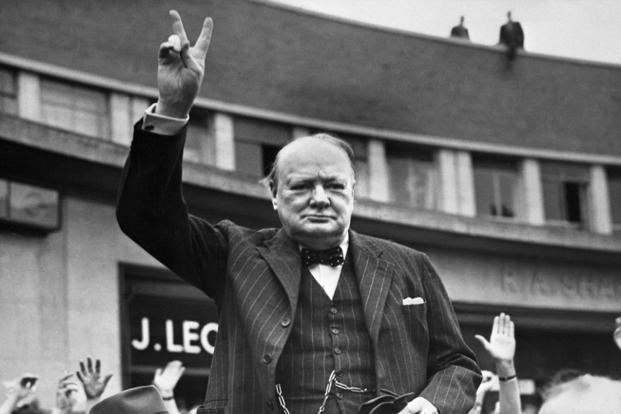 Winston Churchill w prążkowanym garniturze