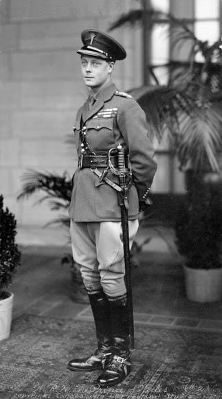 Edward w mundurze podczas wizyty w Kanadzie