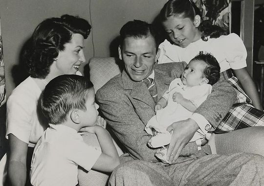 Frank Sinatra z żoną Nancy, synem Frankiem Jr, córką Tiną na rękach i córką Nancy