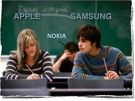 słynny mem ilustrujący zależności między markami: Samsung ściąga od Apple'a, Nokia pozostaje w tyle
