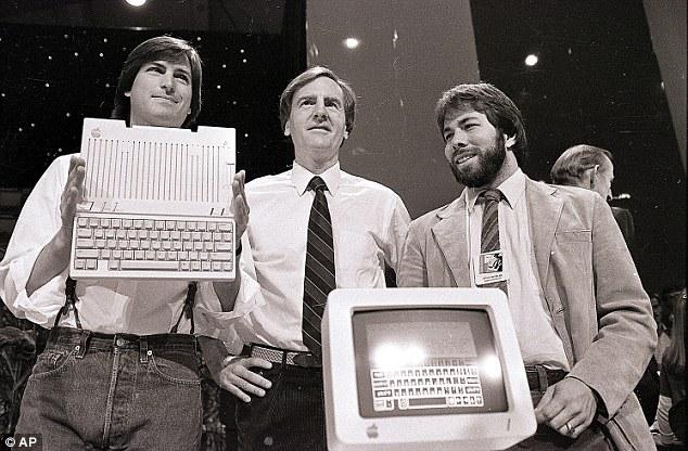 Od lewej: Steve Jobs, były prezes Apple - John Sculley i Steve Wozniak przedstawiają model Apple II w 1984 roku w San Francisco