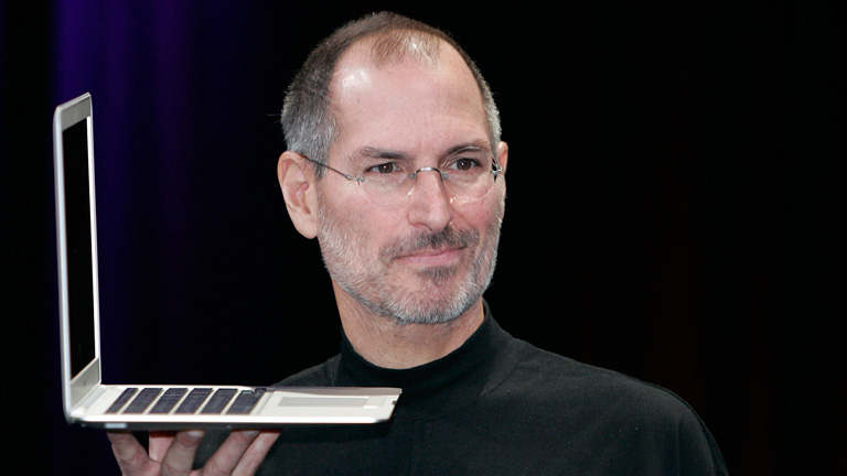 Steve Jobs z laptopem Apple