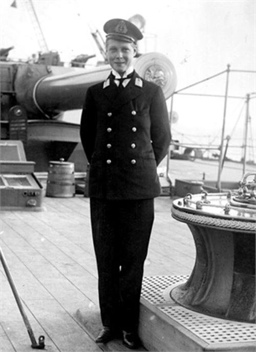 Edward w stroju kadeta na pokładzie statku