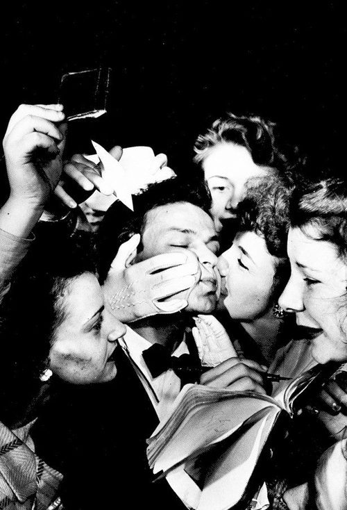 Frank Sinatra otoczony fankami