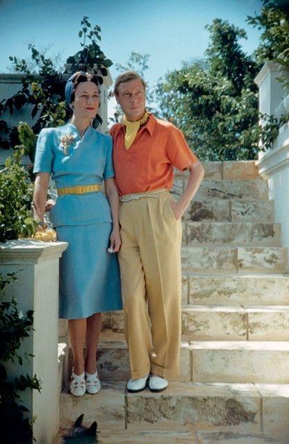 Książę Windsoru w fularze i Wallis Simpson w jasnoniebieskiej sukience