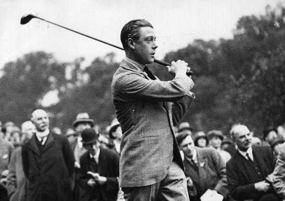 Książę Windsoru grający w golfa