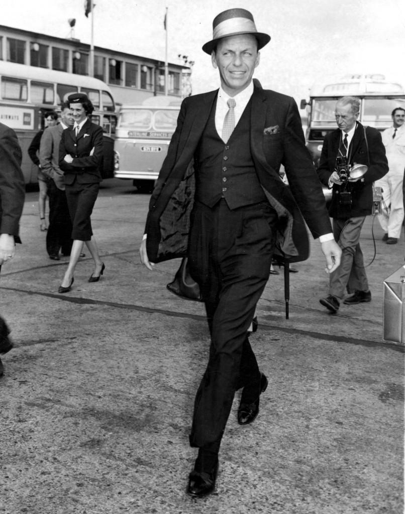 Frank Sinatra w trzyczęściowym garniturze i kapeluszu