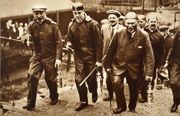 Król odwiedzający górników w Walii.