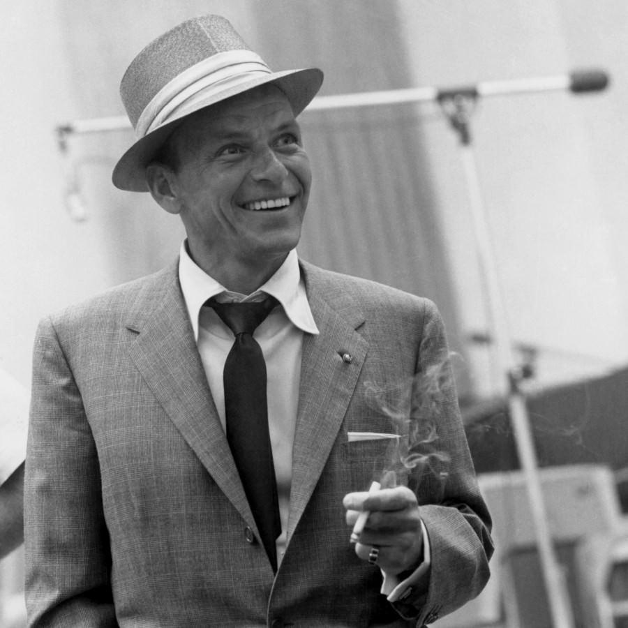 Frank Sinatra w szarym garniturze i kapeluszu