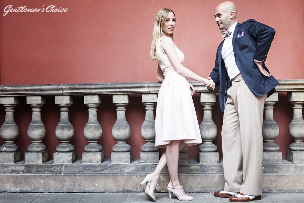 blondynka w białej sukience i łysy mężczyzna w garniturze