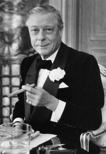 Książę Windsoru w smokingu z cygarem